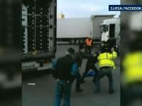 Patru imigranti snopiti in bataie de un sofer de camion, intr-un port francez. Imaginile au ajuns pe internet