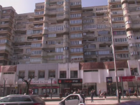 Incident revoltator in Bacau. Peste 200 de plangeri pentru un individ care arunca de la balcon cu bolovani in masini