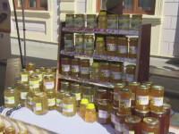 Aglomeratie la cel mai mare targ apicol din Romania. Printre produse - mierea de papadie, coriandru sau rapita