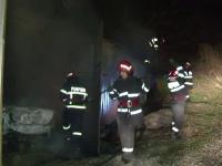 Din cauza unui scurtcircuit, un barbat din Tulcea a ramas fara masina si cu o parte din casa arsa. Marturiile vecinilor