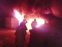 Un incendiu puternic a distrus patru masini si doua garaje, in Medias. Pe cine dau vina localnicii