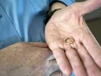 A gasit o verigheta pierduta in urma cu cativa ani buni si a vrut sa o returneze proprietarului. Ce a descoperit pe internet