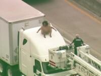 Complet goala pe capota unui camion. Motivul pentru care femeie s-a expus asa pe o autostrada din Texas