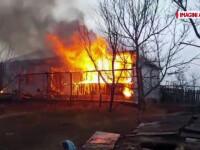 Incendiu de proportii intr-un sat din Botosani. Masinile pompierilor s-au blocat in glodul de pe drum
