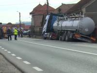 Accident pe DN1 intre o cisterna incarcata cu lichid inflamabil si un TIR. Oamenii din zona au fost evacuati imediat