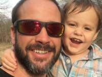 American gasit mort la 4 zile dupa ce i-a trimis sotiei un selfie cu fiul lor. Copilul de 2 ani a fost descoperit in padure