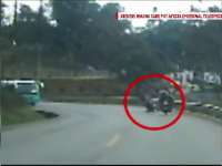 Accident infiorator pe o sosea din China. Doi motociclisti se izbesc frontal, coliziunea a fost filmata cu o camera de bord