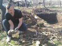 Descoperire macabra intr-un sat din Arad. O familie care isi renova casa a dat peste un adevarat cimitir