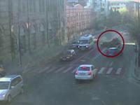 Doi elevi de 19 ani, gemeni, au tras o spaima cumplita dupa ce s-au rasturnat cu masina pe un bulevard din Ramnicu Valcea