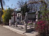 Doua femei prinse in timp ce furau si profanau morminte, la Ploiesti. Ce a facut una din ele in capela