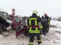 Accident teribil în Vaslui. O mașină a fost izbită violent de un microbuz: un mort și 3 răniți