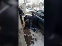Trei polițiști s-au luptat să îi pună cătuşele unui suspect. Imaginile au stârnit controverse