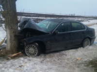 Femeie și doi copii mici, răniți într-un accident, în Constanța. Mașina s-a izbit de un copac