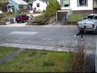 Un hoț a vrut să îi fure mașina unei femei, în timp ce copilul ei se afla înăuntru