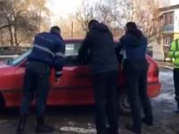 Un şofer din Moldova a blocat o stradă după ce a adormit în maşină. Cum a fost trezit