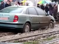 """""""Șmecher"""" în traficul din București. Un șofer a rămas blocat pe linia de tramvai"""