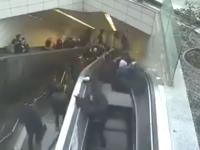 Momentul șocant în care un bărbat este înghițit de scările rulante care se deschid sub picioarele lui