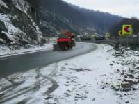 Ninsoare în Defileul Jiului. Traficul se desfășoară în condiții de iarnă
