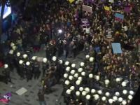 Manifestaţii de 8 martie, reprimate violent cu gaze şi câini într-un oraş din Europa. VIDEO
