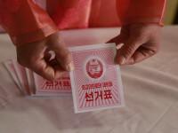Phenianul, împânzit cu fotografii cu Kim Jong-un într-o secție de votare. GALERIE FOTO