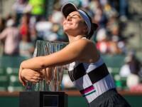 Bianca Andreescu ţine trofeul de la Indian Wells