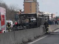 Un șofer a incendiat autobuzul în care transporta 50 de elevi. Ce s-a întâmplat cu ei