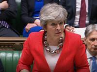 Theresa May îşi asortează de fiecare dată ţinutele sobre cu accesorii. Preţul unui colier