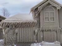 Fenomen inedit în SUA. Mai multe case au fost acoperite complet de un strat gros de gheață