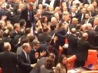 VIDEO. Bătaie generală în parlamentul Turciei, după ce un deputat l-a criticat pe Erdogan