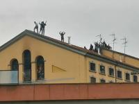Revolte în închisorile din Italia din cauza coronavirusului: gardieni luați ostatici și 6 morți