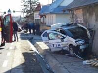 Mașină de poliție aflată în misiune, distrusă după ce a fost lovită de un jandarm