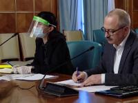 Ministrul Muncii a purtat o mască de plastic peste o mască chirurgicală, la o întâlnire cu sindicatele