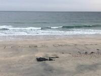 """Mesaje în nisip ale unor localnici din Anglia, pentru turiști: """"Nu trebuie să fiți aici"""""""