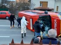 Un microbuz ISU, cu 14 persoane întoarse din Franţa, s-a răsturnat în Cluj-Napoca