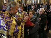 Bisericile din toată lumea ignoră pandemia. Mii de oameni s-au strâns să se roage în lăcașele de cult