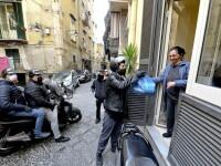 Un voluntar din Italia imparte produse alimentare oamenilor aflati in carantina