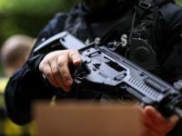 Focuri de armă pentru prinderea unui suspect de contrabandă. Fugarul şi-a incendiat autoturismul