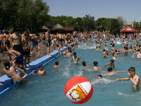 Canicula a umplut deja strandurile si piscinele