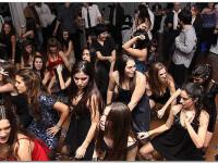 Imaginile zilei.5.000 de oameni danseaza Meneaito in centrul Ploiestiului pentru a stabili un record