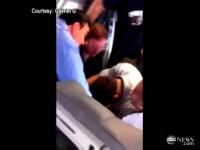 VIDEO. Pasagerii unui avion au imobilizat o femeie dupa ce aceasta a facut un anunt socant
