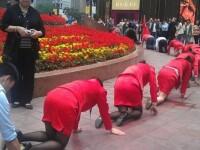 Angajatii unei firme din China, umiliti public in strada pentru a se obisnui cu stresul la munca