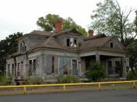 A cumparat o casa abandonata, dar ce a gasit in peretii ei ii va schimba viata pentru totdeauna