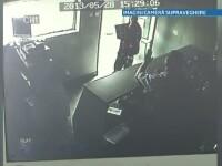 CAMERA DE SUPRAVEGHERE. Clipele in care un barbat vandalizeaza o benzinarie din Moreni pentru tigari