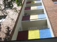 O moda neobisnuita apare in Arad. De ce isi zugravesc oamenii blocurile in culori de steaguri
