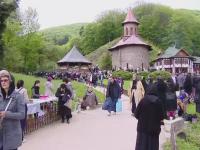 Pelerinaj impresionant la manastirea Prislop. Mii de credinciosi au venit sa se inchine la mormantul lui Arsenie Boca