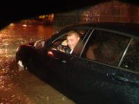Ploaia a creat haos la Timisoara. In cateva ore,14 drumuri si 23 de subsoluri au fost inundate.Masinile, blocate sub viaducte