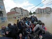 Guardian: Inundatiile din Balcani au unit tarile dezbinate de razboi. Ajutoare trimise acolo unde acum 20 de ani cadeau bombe