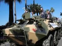 Stallone, Arnold si Harrison Ford s-au plimbat cu doua tancuri si au blocat circulatia la Cannes. FOTO