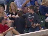 Un pusti foarte istet a oferit faza la un meci de baseball. Trucul cu care a atras atentia tuturor fetelor. VIDEO