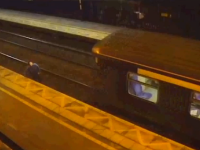 Gest inconstient al unui britanic, care a sarit in fata unui tren ca sa il opreasca. Ce s-a intamplat cu tanarul apoi. VIDEO